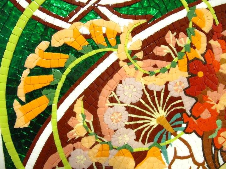 dettaglio mosaico con vetri